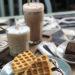 ly cà phê latte đá và bánh