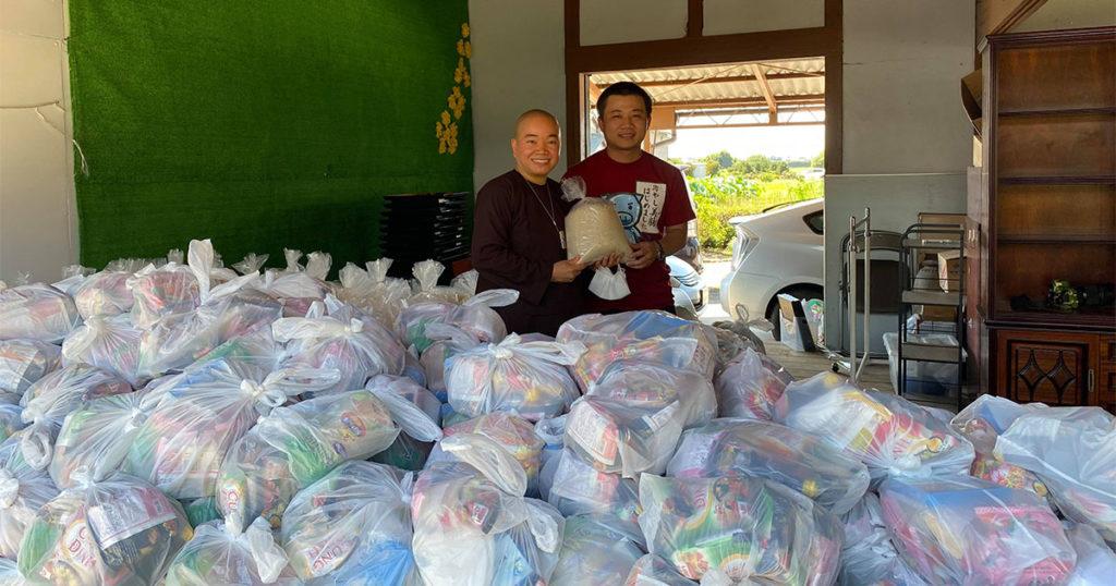 1.Chùa Đại Ân và sư cô Thích Tâm Trí đã nhận được 57 tấn gạo và hàng trăm tấn lương thực khô để chuyển đến hàng chục ngàn người Việt có hoàn cảnh khó khăn ở Nhật - Ảnh: NVCC